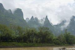 Petit bateau sur la rivière de Li en Chine images stock