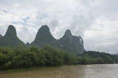 Petit bateau sur la rivière de Li en Chine image stock