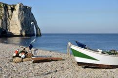 Petit bateau sur Pebble Beach d'Etretat en France Images libres de droits