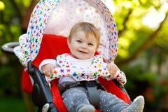 Petit beau bébé mignon de 6 mois se reposant dans la maman de landau ou de poussette et d'attente images libres de droits