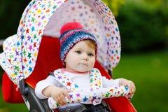 Petit beau bébé mignon de 6 mois se reposant dans la maman de landau ou de poussette et d'attente photos stock
