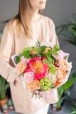 Petit beau bouquet des fleurs mélangées chez la main de la femme Concept floral de boutique Beau bouquet coup? frais Fleurs images stock