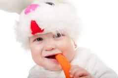 Petit beau garçon dans le costume de lapin avec le raccord en caoutchouc Photos libres de droits