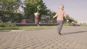 Petit beau garçon jouant avec la boule en parc Mouvement lent banque de vidéos