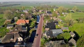 Petit beau village de vue aérienne en Hollande Vol au-dessus des toits des maisons et des rues d'un petit village dedans banque de vidéos