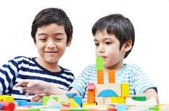 Petit bloc de jeu de garçon d'enfant de mêmes parents Images libres de droits