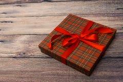Petit boîte-cadeau avec le ruban rouge Images libres de droits