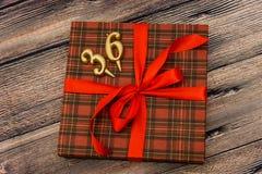 Petit boîte-cadeau avec le ruban rouge Images stock