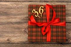 Petit boîte-cadeau avec le ruban rouge Image stock