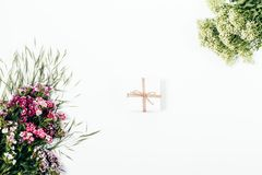 Petit boîte-cadeau blanc attaché avec la corde Images stock