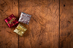 Petit boîte-cadeau trois sur la table en bois de vintage Images stock
