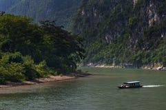 Petit boal dans Li River avec la chaux grande fait une pointe à l'arrière-plan près de Yangshuo en Chine Photos libres de droits