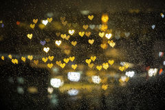 Petit bokeh coloré de foyer derrière le verre humide pour le Saint Valentin Photographie stock libre de droits