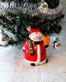 Petit bonhomme de neige avec le présent Photographie stock