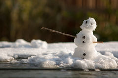 Petit bonhomme de neige sur une table Image libre de droits