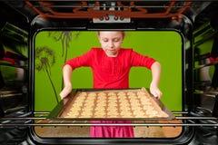 petit boulanger - vue de l'intérieur du four Photo libre de droits