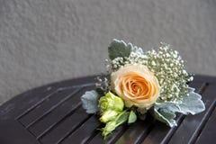 Petit bouquet des fleurs sur une table en bois et un ciment gris Image stock