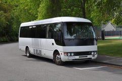 Petit bus blanc d'entraîneur d'excursion, Nouvelle Zélande Photo stock