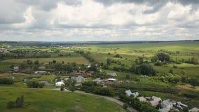 Petit côté rural aérien de pays Vol au-dessus des maisons rurales de pays banque de vidéos