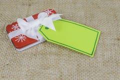 Petit cadeau de Noël de vacances avec la carte Photographie stock libre de droits