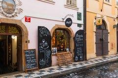 Petit café de fenêtre sur la rue de la vieille ville de Prague qui offre le tradelnik traditionnel de pâtisserie Image stock