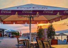 Petit caffee au bord de mer de la station de vacances de Gelendzhik sur le coucher du soleil, côte de la Mer Noire, Gelendzhik, R Photographie stock