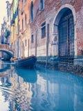 Petit canal romantique, vieux bâtiments et maisons vénitiennes traditionnelles image stock