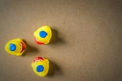Petit caneton trois en caoutchouc jaune Photographie stock