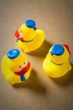 Petit caneton trois en caoutchouc jaune Image stock