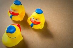 Petit caneton trois en caoutchouc jaune Photographie stock libre de droits
