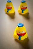 Petit caneton trois en caoutchouc jaune (direction) Photo stock