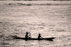 Petit canoë noir et blanc photo stock