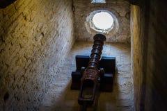 Petit canon dans la tour antique défensive Photos stock