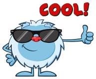 Petit caractère de sourire de mascotte de bande dessinée de yeti avec des lunettes de soleil tenant un pouce  Images stock