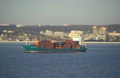 Petit cargo partant du début de la matinée de port Images libres de droits