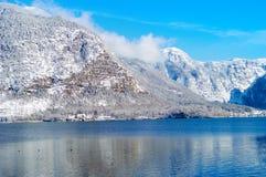 Petit château sur une côte de lac près des montagnes image stock