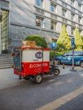 Petit chariot de la livraison de colis d'une des plus grandes sociétés du commerce électronique de la Chine, JD com images stock