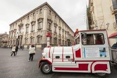 Petit chariot de touristes de train visitant le pays Catane, Sicile l'Italie Image libre de droits
