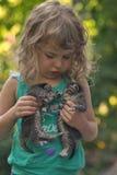 Petit chaton deux dans les mains de la petite fille Photographie stock libre de droits