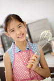 Petit chef mignon asiatique faisant cuire une boulangerie dans la cuisine photo libre de droits