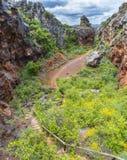 Petit chemin vers le bas en montagnes photographie stock libre de droits
