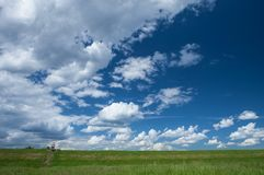 Petit chiffre rouge dans une vaste étendue bleue nuageuse photos stock