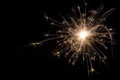 Petit cierge magique de nouvelle année sur le fond noir photographie stock
