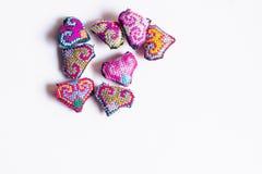 Petit coeur adorable fait du crochet à la main Fait avec un fil d'un fil encombrant épais de laine style tribal coloré symbolique photos libres de droits