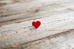 Petit coeur rouge sur le bois Photos stock