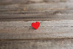 Petit coeur rouge sur le bois Images libres de droits