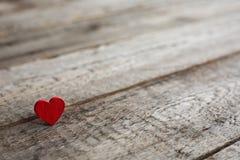 Petit coeur rouge sur le bois Photo stock