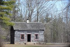 Petit cottage en bois rustique parmi des pins dans la forêt d'Ontario Images libres de droits