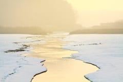 Petit courant coulant à l'hiver pendant le lever de soleil Photos libres de droits