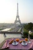 Petit déjeuner à Tour Eiffel Photographie stock libre de droits